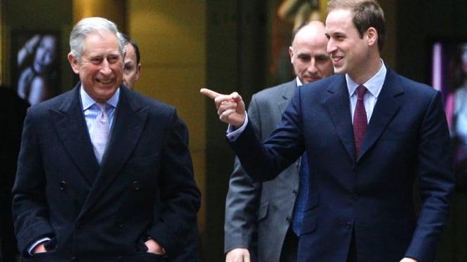 Pangeran William (kanan) dan ayahnya, Pangeran Charles