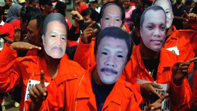 Para aktivis ICW mengenakan topeng sejumlah terpidana kasus korupsi beberapa waktu lalu.