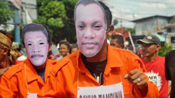 Aktivis ICW mengenakan topeng berwajah koruptor beberapa waktu lalu.