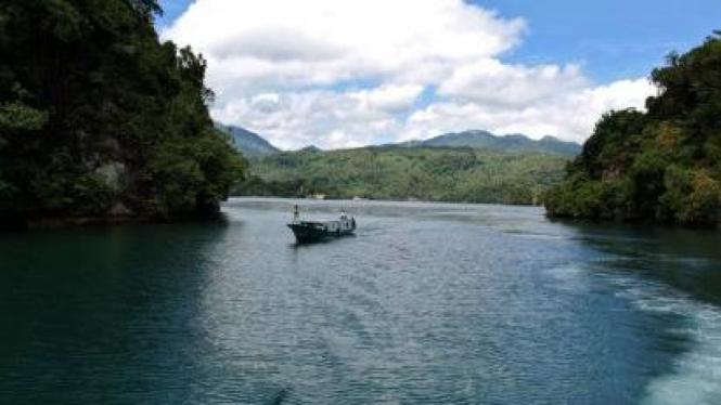 Perahu wisata di antara gugusan pulau-pulau Lembeh, Bitung, Sulawesi Utara