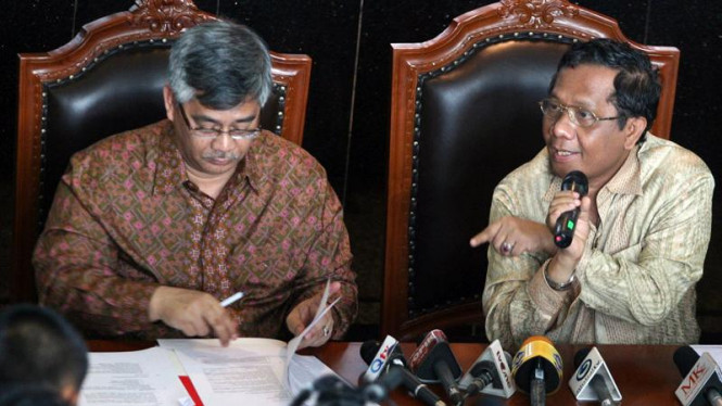 Ketua MK Mahfud MD (kanan)