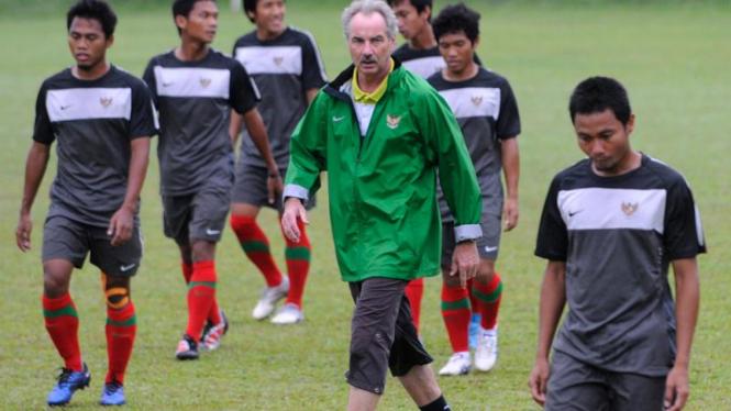 Alfred Riedl memimpin latihan jelang semifinal Piala AFF 2010