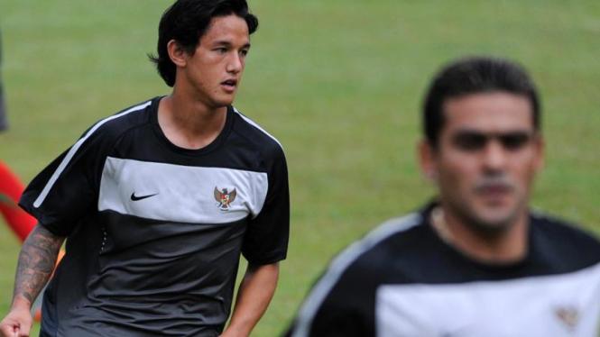 Irfan Bachdim (kiri) berlatih jelang semifinal Piala AFF 2010