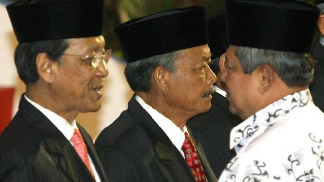 Gubernur DIY, Sultan Hamengku Buwono X (kiri) menerima penghargaan dari Presiden