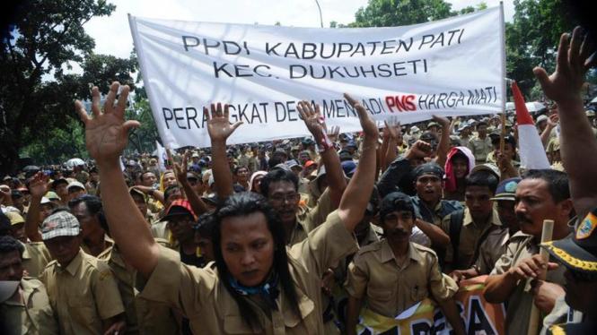 Aksi ribuan perangkat desa di depan kantor Kemdagri, Jakarta