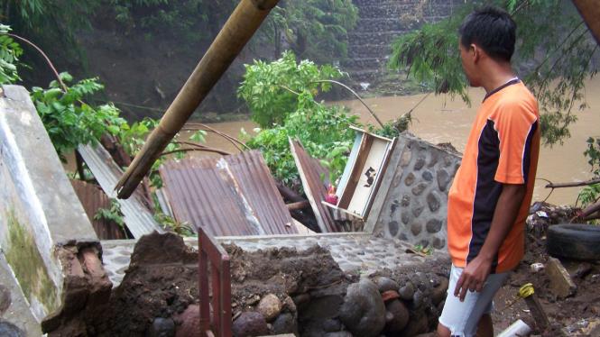 Talut sungai ambrol karena banjir bandang di Jawa Timur