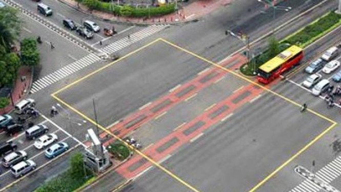 Yellow box junction di perempatan lampu merah