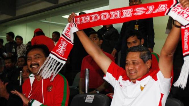 Andi Mallarangeng (kiri) dan SBY mendukung timnas sepakbola Indonesia