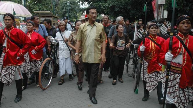 Sri Sultan Hamengku Buwono X dan para pengawal Kraton Yogyakarta