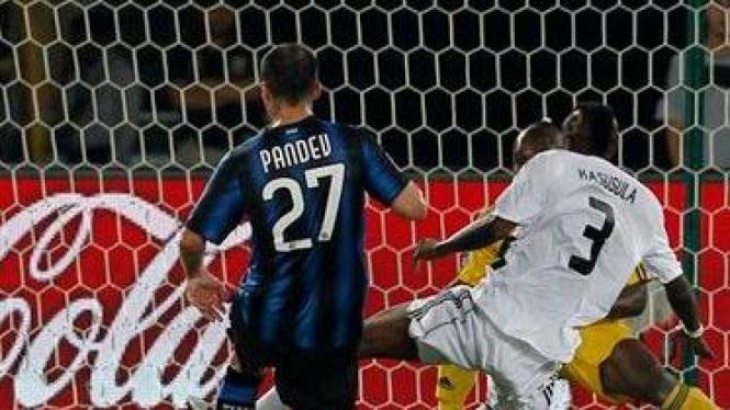Goran Pandev mencetak gol ke gawang Mazembe