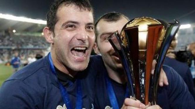 Dejan Stankovic dan Goran Pandev memegang Piala Dunia Antarklub 2010