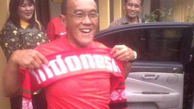 Aburizal Bakrie mengenakan kaos timnas Indonesia
