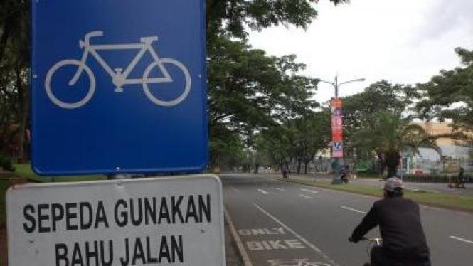 Melintasi lajur khusus pengguna sepeda di Karawaci, Tangerang, Banten