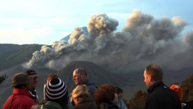 Wisatawan menyaksikan aktivitas Gunung Bromo