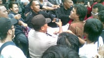 https://thumb.viva.co.id/media/frontend/thumbs3/2010/12/23/102031_rusuh-antrean-tiket-final-piala-aff-di-senayan_213_120.jpg