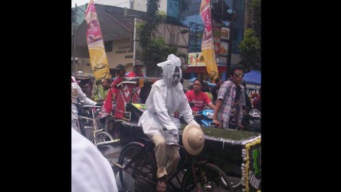 Pocong naik sepeda_peserta lomba FotoLoL
