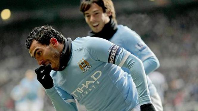 David Silva (belakang) rayakan gol Carlos Tevez