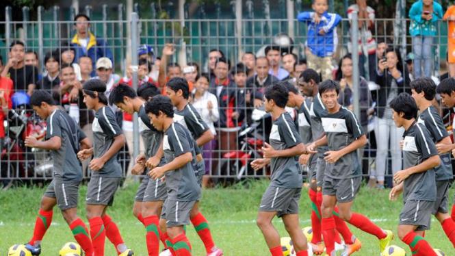 Masyarakat antusias menyaksikan latihan timnas Indonesia jelang final leg kedua