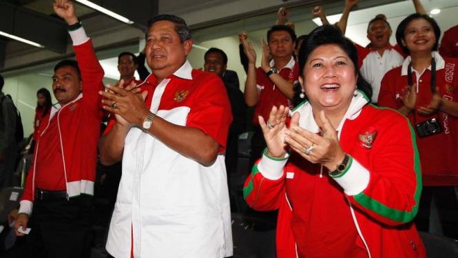 Andi Mallarangeng, Presiden SBY, dan Ibu Negara Ani Yudhoyono (kanan)