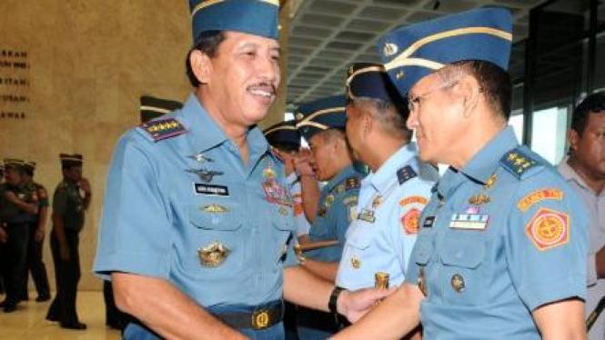 Laksamana TNI Agus Suhartono salami Iskandar Sitompul