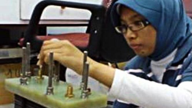 Eniya Listiani Dewi sedang menyusun fuel cell