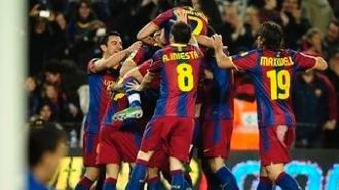 Pemain Barcelona merayakan gol Pedro