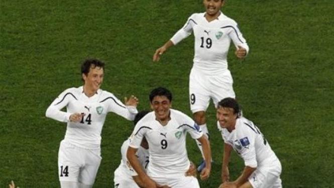 Uzbekistan merayakan gol Odil Ahmedov (9)