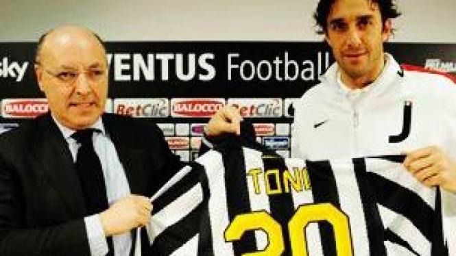 Luca Toni (kanan) dan Giuseppe Marotta