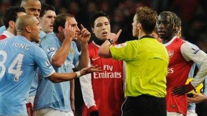 Pablo Zabaleta (kedua dari kiri) setelah diusir wasit saat melawan Arsenal