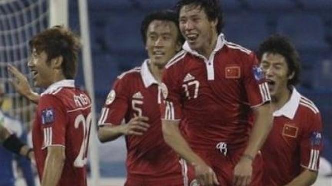 Zhang Linpeng (17) rayakan gol ke gawang Kuwait