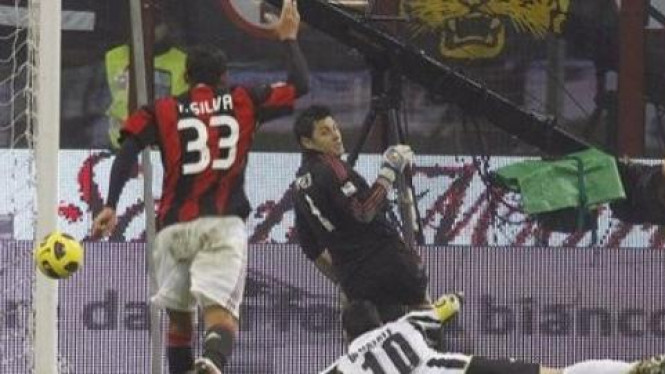 Antonio Di Natale (Tengah, 10) membobol gawang AC Milan