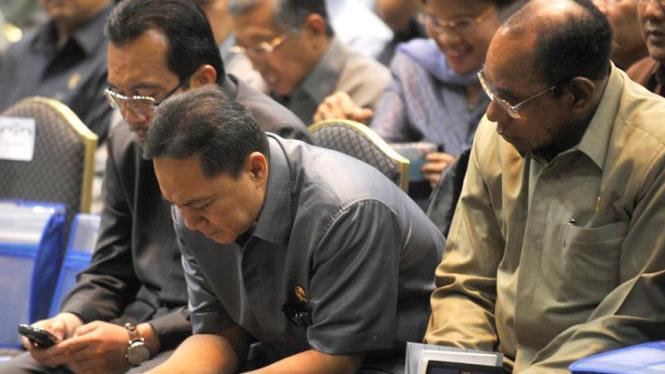 Menteri Kehutanan Zulkifli Hasan (tengah) menggunakan BlackBerry