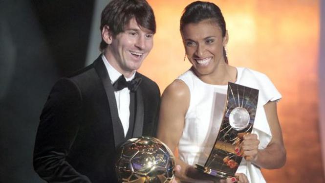 Marta (kanan) dan Lionel Messi