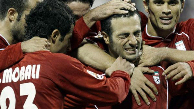 Gholam Reza Rezaei (kedua dari kanan) usai mencetak gol