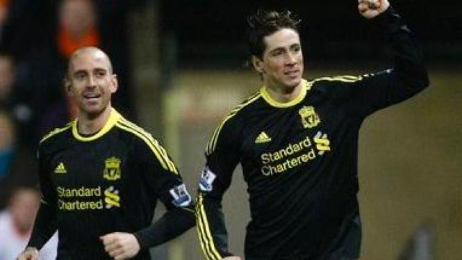 Raul Meireles (kiri) rayakan gol Fernando Torres