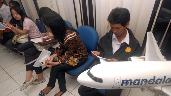 Calon penumpang Mandala antre pengembalian tiket.