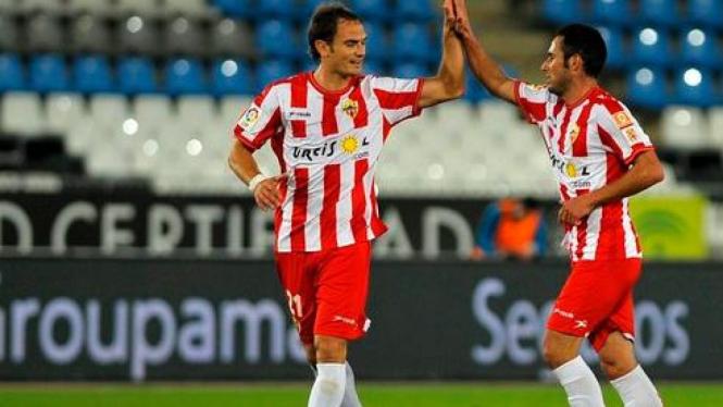 Juan Ortiz (kanan) rayakan gol dengan bek Carlos Garcia