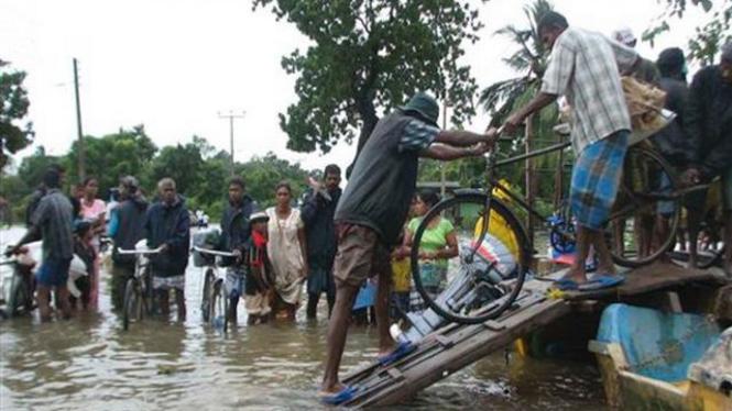 Penduduk Kota Batticaloa, Sri Lanka, mengungsi dari wilayah banjir