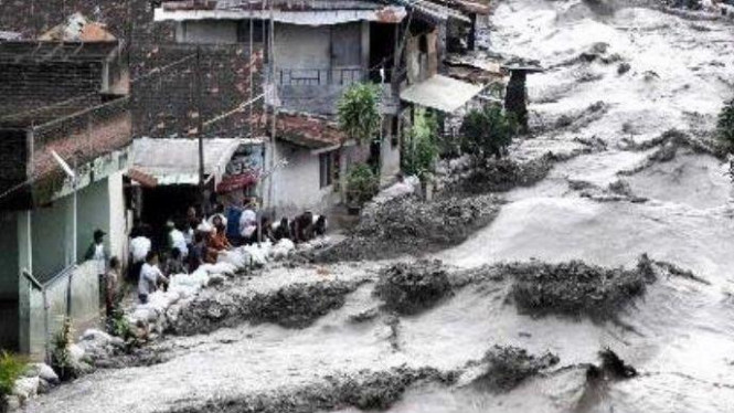 Aliran deras banjir lahar dingin dari Merapi pada Januari 2011.