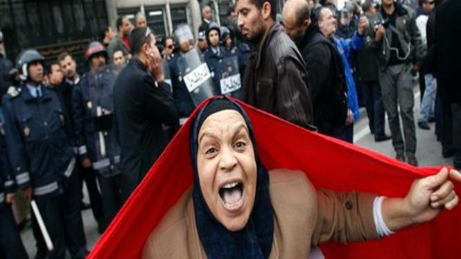 Seorang demonstran berpose dalam aksi unjuk rasa di Tunis, Tunisia