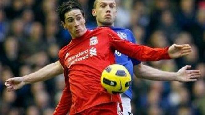 Fernando Torres (depan) dikawal bek Everton John Heitinga