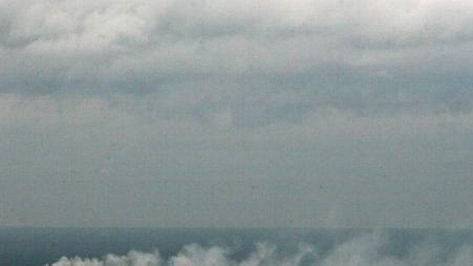 Asap dari pabrik rokok PT Gudang Garam Tbk di langit Kota Kediri
