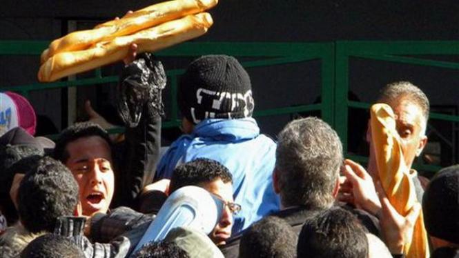 Warga Tunisia di Kota Tunis berebut untuk membeli makanan