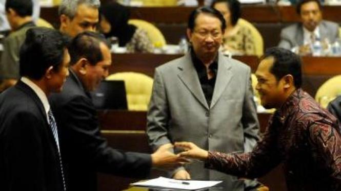 Calon Ombudsman Hendra Nurtjahjo (kanan) salami Chairuman Harahap