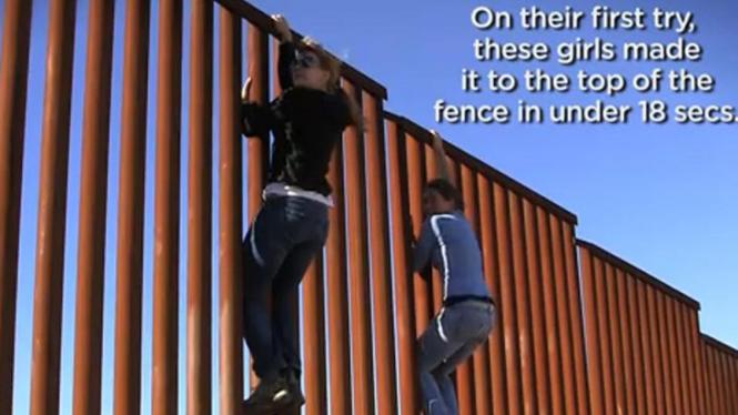 Dua perempuan memanjat pagar perbatasan AS - Meksiko