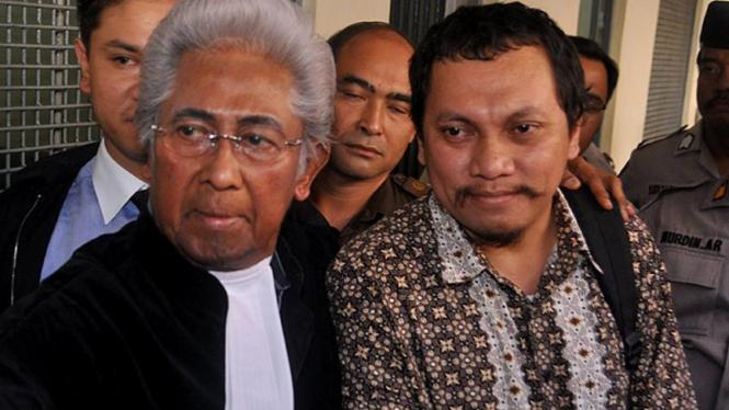 Gayus Tambunan bersama  Adnan Buyung Nasution.