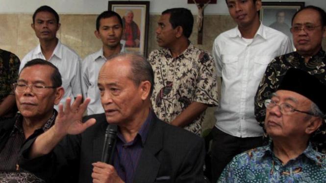 Mantan Ketum PP Muhammadiyah, Ahmad Syafii Ma'arif (tengah)