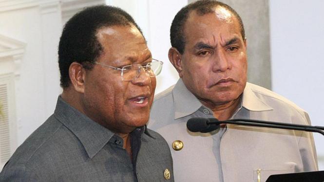 Gubernur Papua Barat Abraham Octavianus Atururi (kanan)