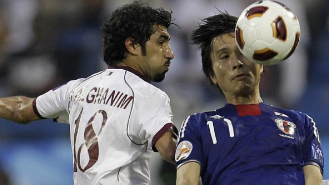 Ryoichi Maeda (Jepang/kanan) duel udara dengan Ibrahim Al Ghanim (Qatar)