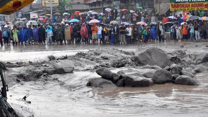 Banjir lahar dingin menyebabkan jalan Yogyakarta-Magelang putus